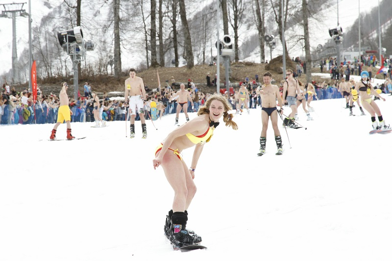 Роза Хутор: На горных лыжах в купальниках