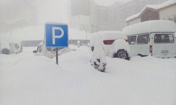 Сугробы снега в Красной поляне
